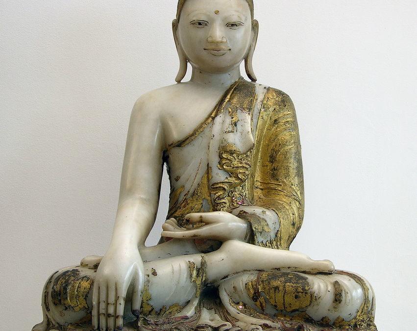 Buddha assis prenant la terre à témoin