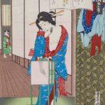 Femme allumant une lanterne