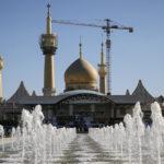Une mosquée avec une grue en fond