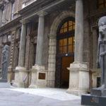 Entrée d'un musée avec deux statuts égyptiennes